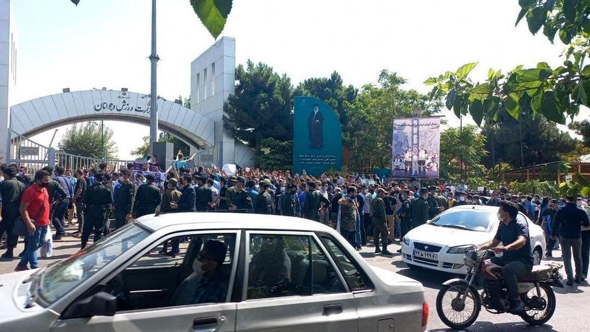 تجمع گسترده هواداران استقلال مقابل وزارت ورزش