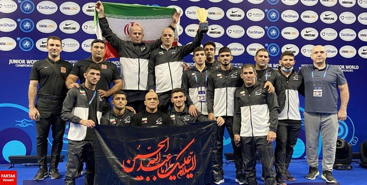 کشتی آزاد جوانان جهان  اهتزاز پرچم امام حسین (ع) روی سکوی قهرمانی